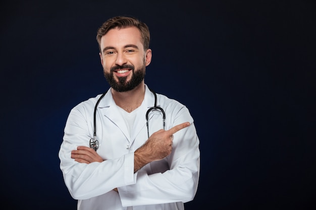 Ritratto di un dottore maschio sorridente