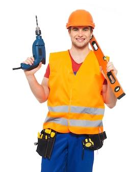 Ritratto di lavoratore manuale sorridente con strumenti isolati su bianco
