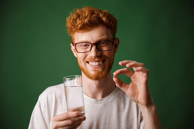 Ritratto di un uomo sorridente giovane rossa in occhiali