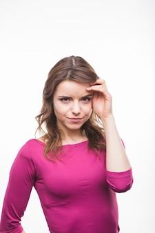 Ritratto di una giovane donna smirking su sfondo bianco