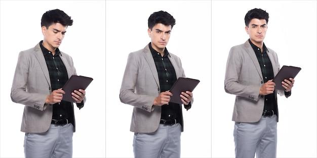 肖像画スナップフィギュア、スーツの白人ビジネスマンスタンドダークグリーンのシャツグレーのズボン、彼は自信を持ってデジタルタブレットを手に読んで、白い背景の上にコラージュグループパックを分離しました