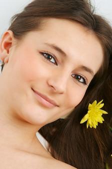 Портрет женщины спа с цветком в волосах