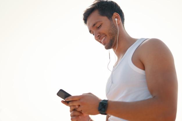 Портрет спортивного мужчины с мобильным чатом онлайн видео