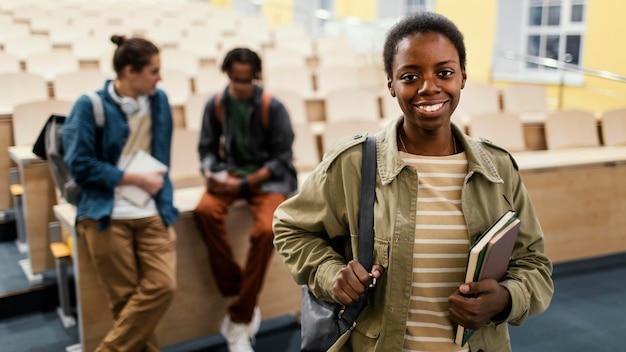 Ritratto di studente davanti ai colleghi