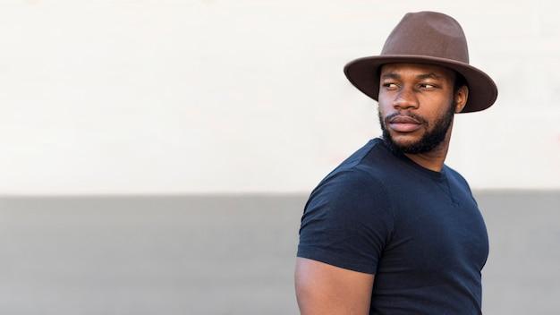 Ritratto di uomo alla moda che indossa un bel cappello con copia spazio
