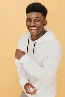Ritratto di uomo sorridente alla moda