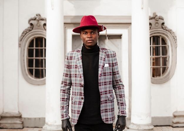 Ritratto di giovane maschio alla moda con cappello moderno