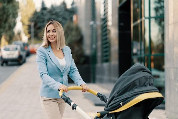 Ritratto di una donna d'affari di successo in abito blu con bambino
