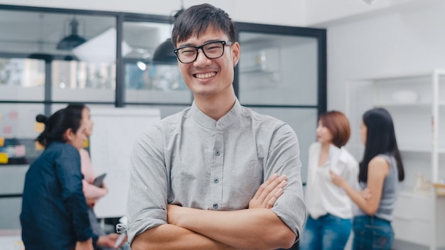 Ritratto di un bell'uomo d'affari di successo, elegante, casual, che guarda l'obbiettivo e sorride