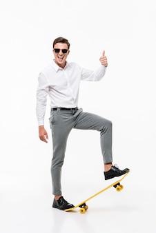 Ritratto di un uomo di successo in camicia bianca