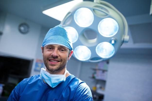 Ritratto del chirurgo in sala operatoria