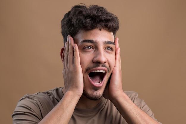 Ritratto di uomo bello sorpreso surprised