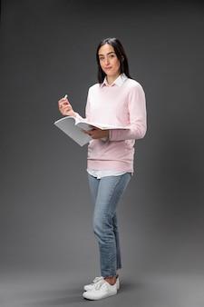 本を保持している肖像画の先生の女性