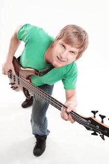 초상화. 흰색 배경에 일렉트릭 기타를 가진 남자.