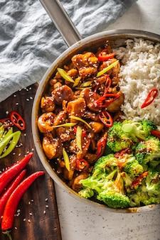 ブロッコリー、白米、新鮮な唐辛子を添えた日本の照り焼き肉の縦向きの上面図。