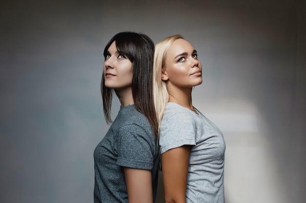 Un ritratto di una posa di modello di due donne