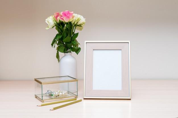 골드 액자와 보석 상자가있는 세로 흰색