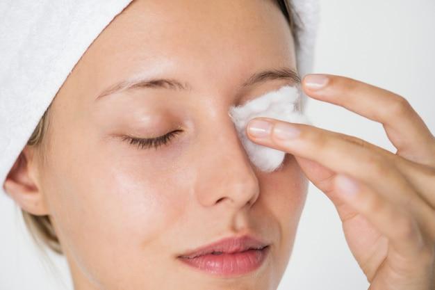 Ritratto di donna bianca che fa la sua routine quotidiana per la cura della pelle