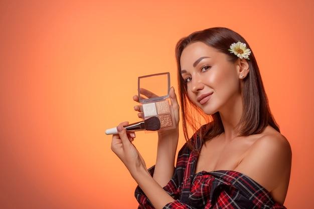 Портрет женщины нанесения макияжа