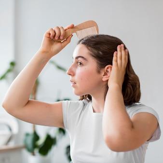 Ritratto di donna che dispone i suoi capelli