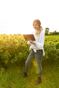 タブレットで農場で肖像画の女性