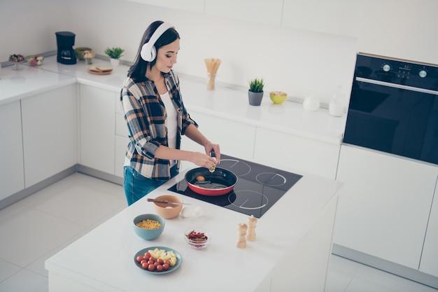 家庭料理で肖像画の女性