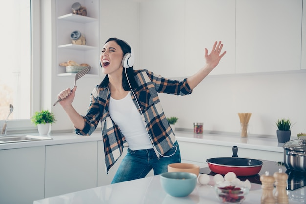 가정 요리에서 세로 여자
