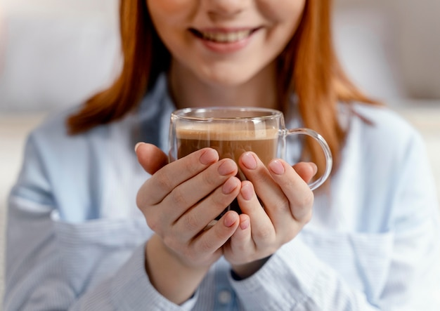 コーヒーを飲む家で肖像画の女性