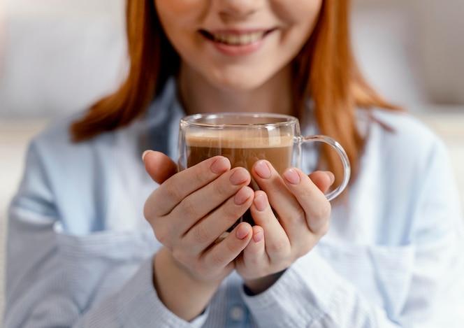 세로 여자 집에서 마시는 커피