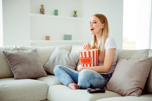 Портрет женщины дома едят попкорн