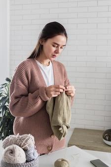 집에서 세로 여자 뜨개질