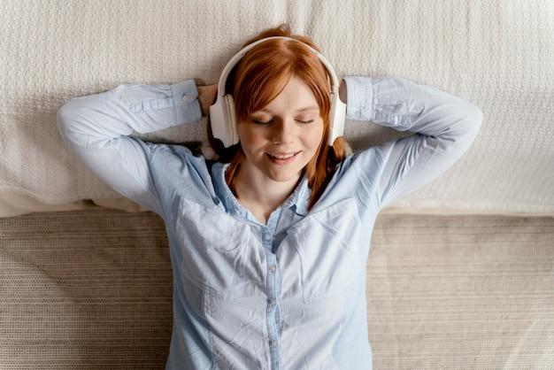 音楽を聴いて家で肖像画の女性