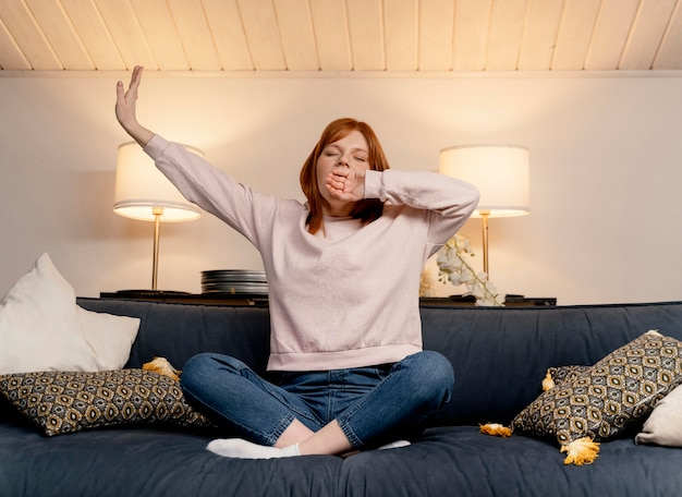あくびをしている自宅の肖像画の女性 無料写真
