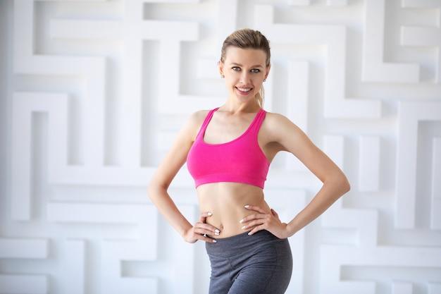 Портрет женщины на тренировке в помещении. студийный снимок.