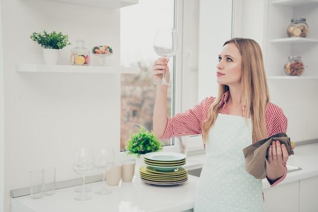 家を掃除する肖像画の女性