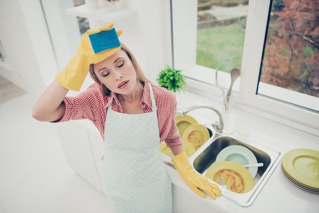 Портрет женщины уборка дома
