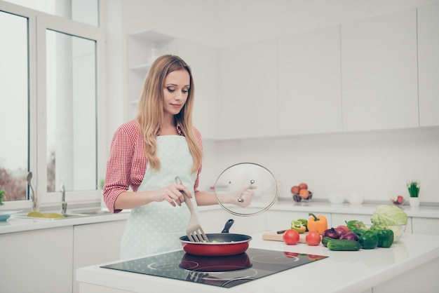 Портрет женщина готовит