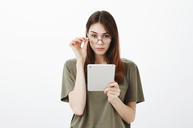 Ritratto di una donna in una maglietta verde scuro