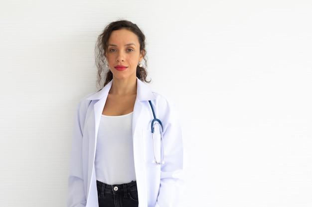 笑顔でヘルスケアセンターの聴診器でカメラを見ている肖像画の女性医師