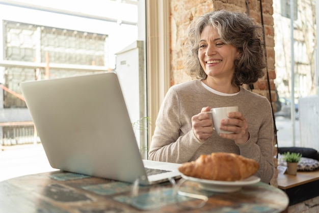 커피를 마시는 세로 여자