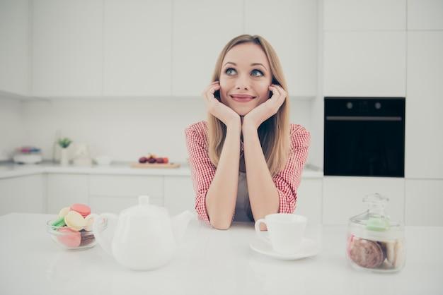 Портрет женщины пьет чай и ест миндальное печенье