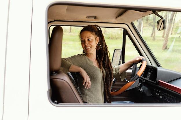 運転中の肖像画の女性