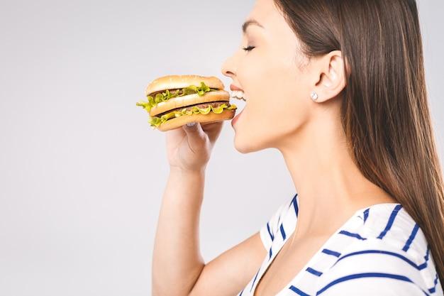 食べる肖像画の女性