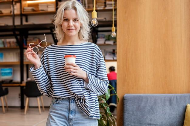 一杯のコーヒーを楽しんでいる肖像画の女性