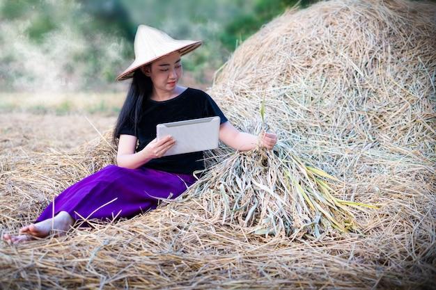 デジタルタブレットを使用して肖像画の女性農家