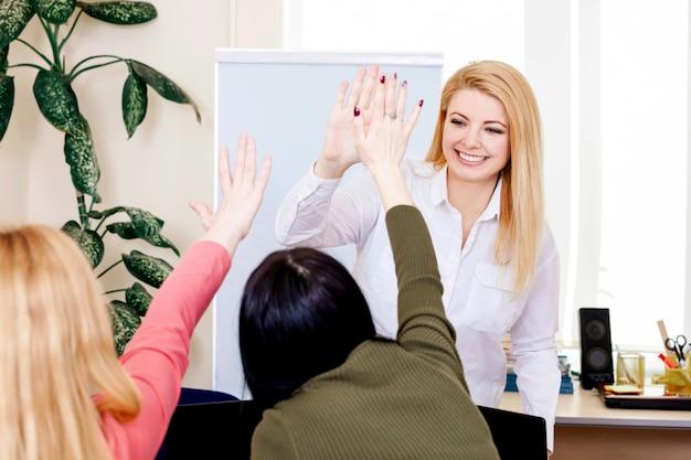 Портрет женщина женская молодая улыбка лицо учитель руки студентов дело