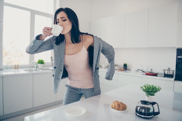 Портрет женщины за завтраком перед работой