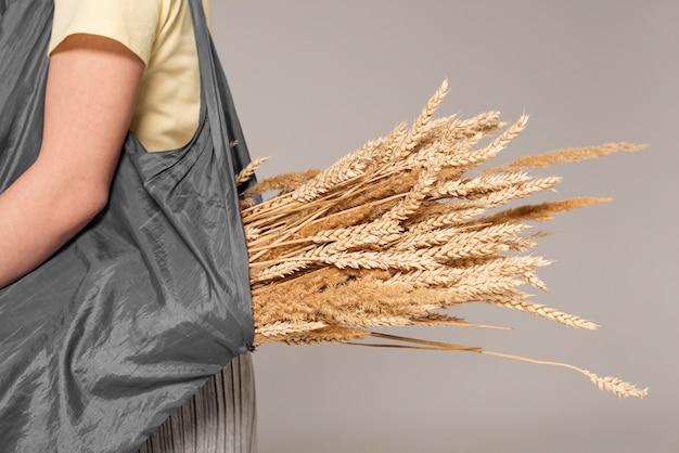 Портрет женщины, держащей пшеницу крупным планом