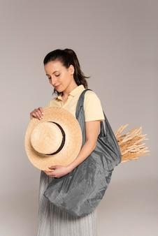 Портрет женщины, держащей пшеницу в полиэтиленовом пакете