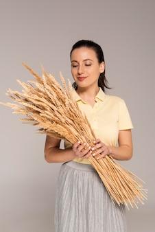 小麦を保持している肖像画の女性